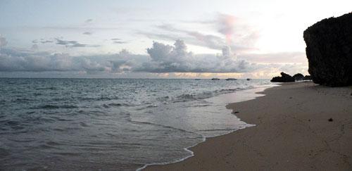 夕暮れの南城の海