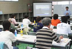 文化財ガイドの皆さんが健康講習会を受けています