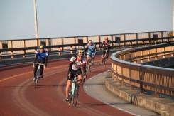太平洋から昇る神聖な朝陽を浴びながらニライカナイ橋を走る